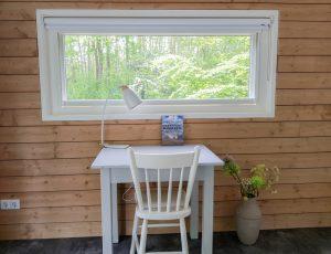 Fint bijgebouw tafel bij raam